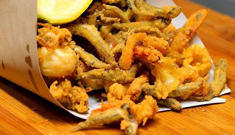 Tipico coppo in carta di pesce fritto